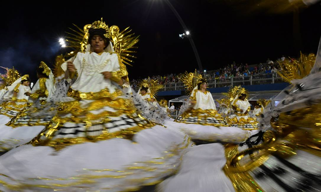 65407350_Revelers-of-the-Academicos-do-Tucuruvi-samba-school-perform-during-the-first-night-of-c
