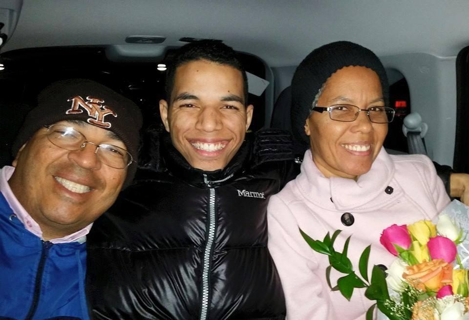 Pauly en medio de papi (Felipe) y mami (Loida)