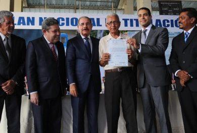 DANILO MEDINA ENTREGÓ 576 TÍTULOS DE PROPIEDAD EN LOS ALCARRIZOS