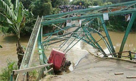Colapsa puente sobre río Camú