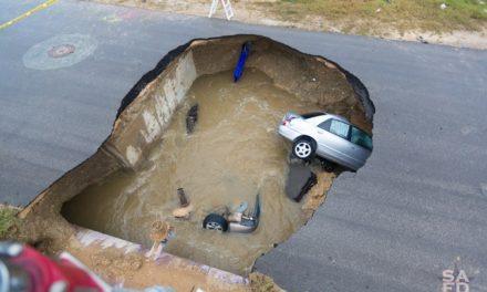 Inmenso agujero se traga dos autos