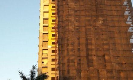 Cinco obreros heridos al caer de construcción