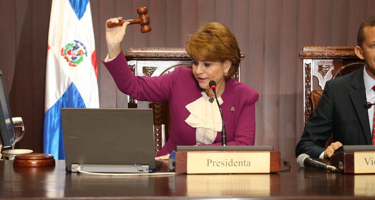 Presidenta CD somete comunicador