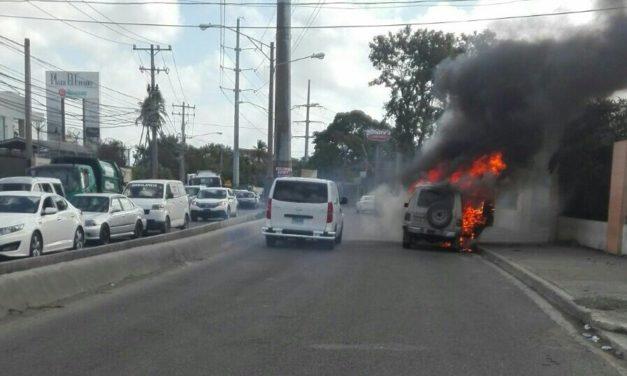 Vehículo incendiado en Avenida