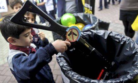 Evitar los juguetes que inciten violencia