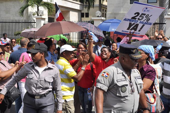 Profesores marchan hasta el Ministerio de Educación