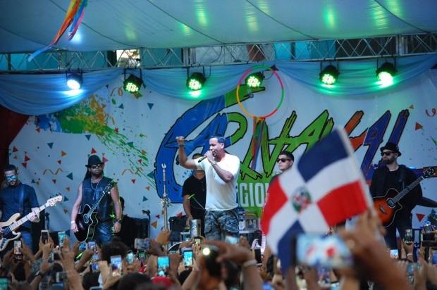Romeo sorprende con un histórico concierto en Baní en el día de la Independencia