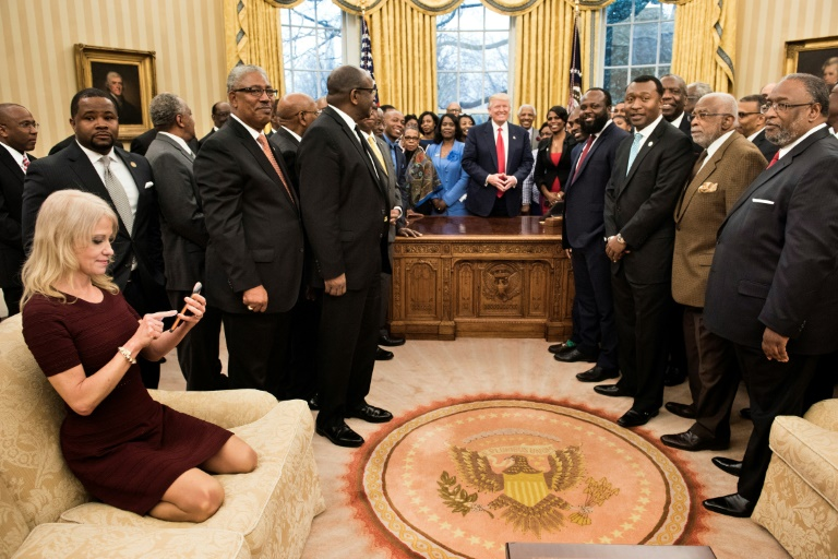 Polémica foto de asesora de Trump abre debate sobre decoro