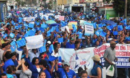 Maestros se manifiestan frente al Ministerio y exigen mejores condiciones