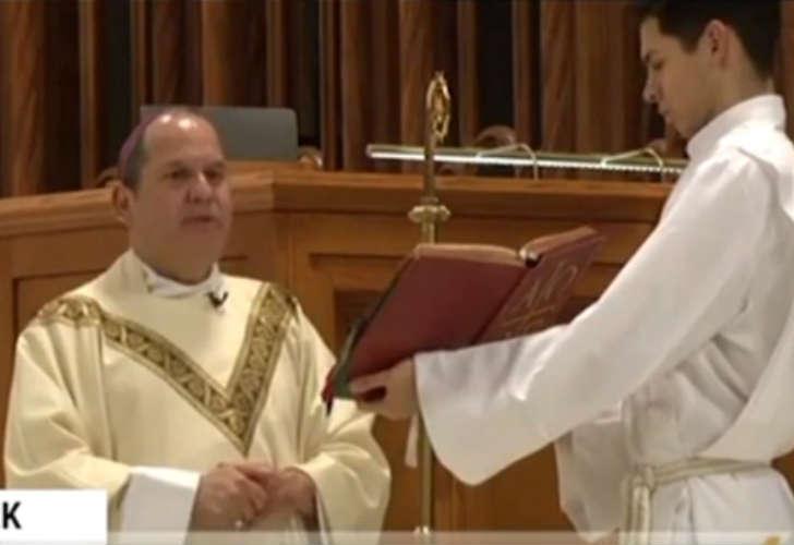 Exboxeador le rompe la boca a obispo en misa