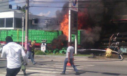 Patana cargada de varilla se estrella contra gasolinera