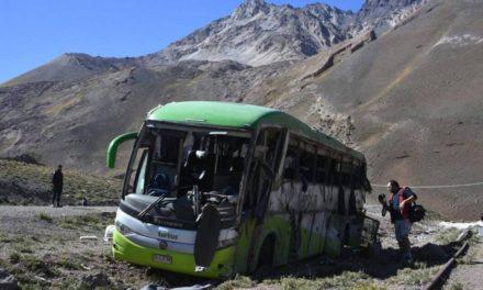 Tragedia en Mendoza: 19 muertos al volcarse un autobús que viajaba a Chile