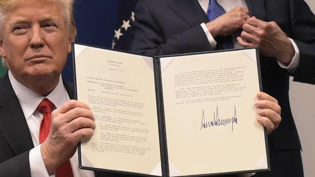 Grafólogos dicen firma de Trump muestra a una persona impresionada por su propio poder