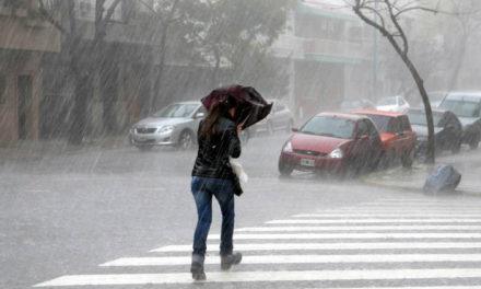 Sistema frontal incrementará las lluvias, se esperan oleajes peligrosos desde esta noche