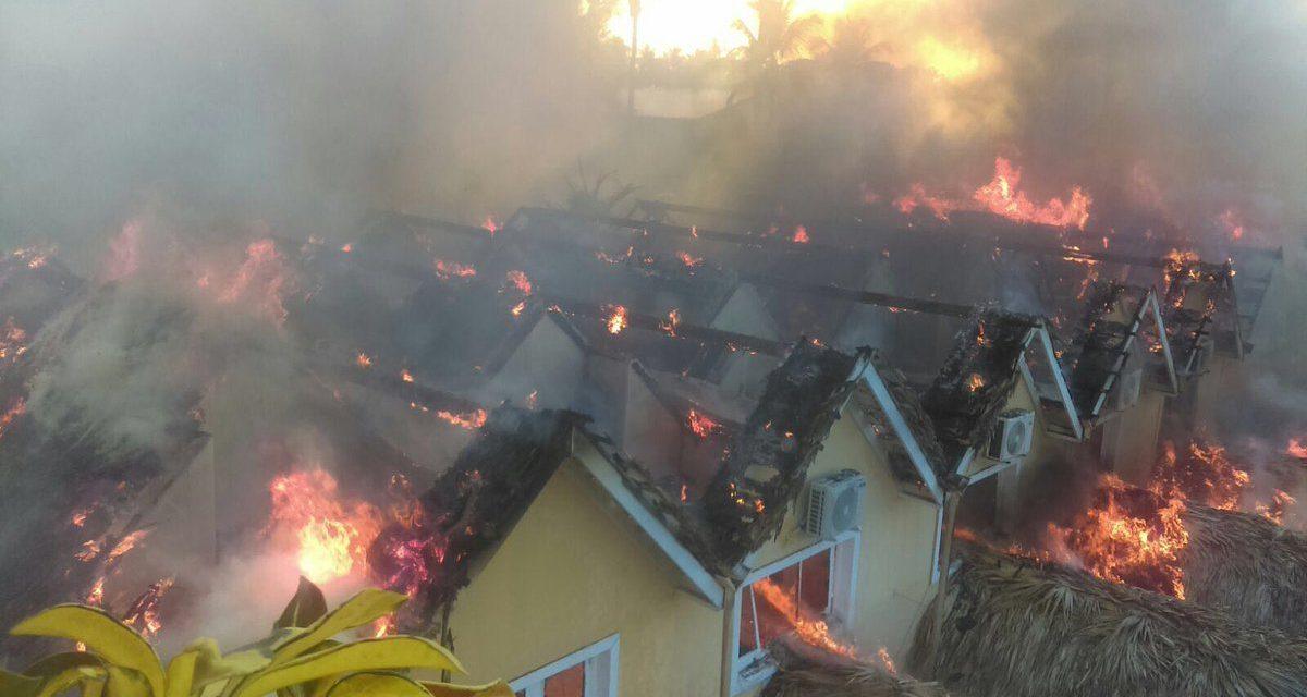 Fuego consume cabañas del hotel Dominicus y varios negocios en Bayahíbe, La Romana