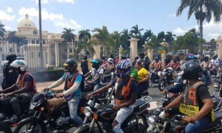 Motoconchistas exigen frente al Palacio cese persecución policial