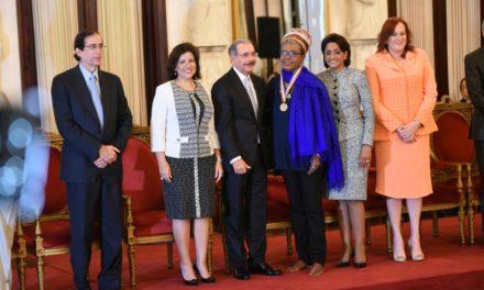 Xiomara Fortuna recibe Medalla al Mérito con los pies descalzos