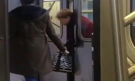 Su cabeza se queda atrapada en las puertas del metro de Nueva York