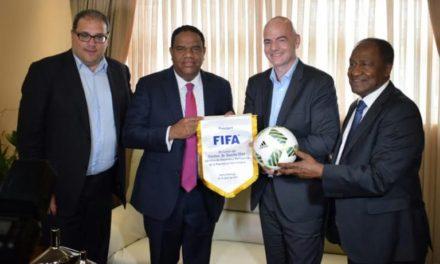Gianni Infantino, presidente de la FIFA dice que puede cooperar con el fútbol escolar
