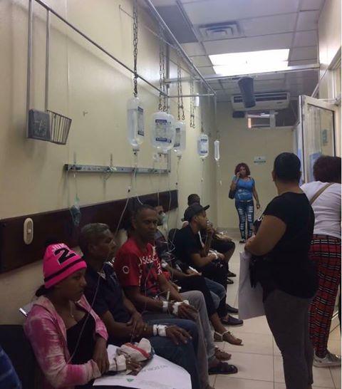 Pacientes del hospital Marcelino Vélez Santana son atendidos y canalizados en un pasillo