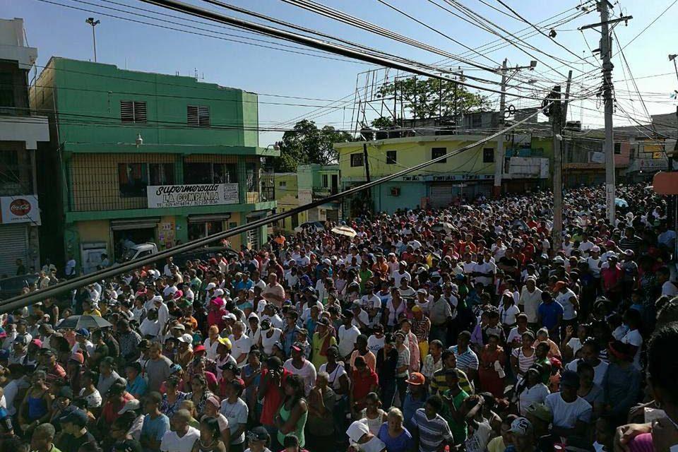 Masivamente feligreses participan del vía crucis en Los Alcarrizos