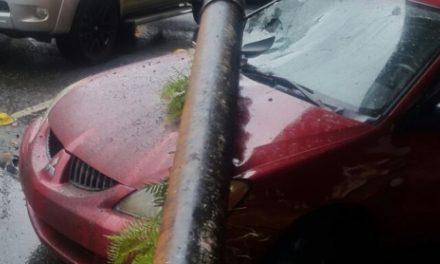 Tubo del drenaje del elevado de la 27 de Febrero cae sobre vehículo y causa daños a otro