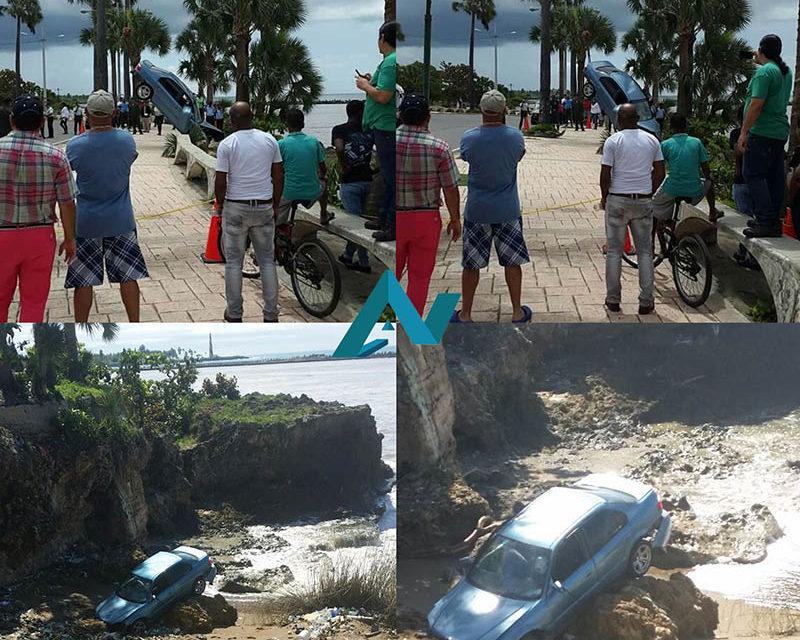 Vehículo se desliza y cae a la arena en malecón