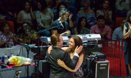 Cristian Castro le propone matrimonio a su novia durante concierto.