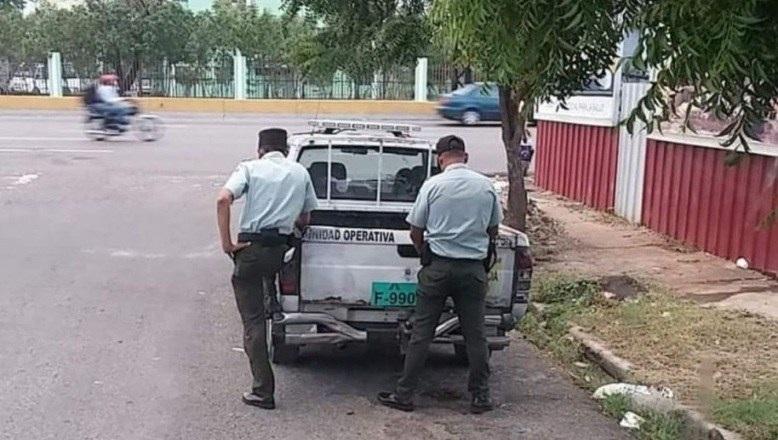 AMET expulsa agentes que fueron captados mientras orinaban en la vía pública