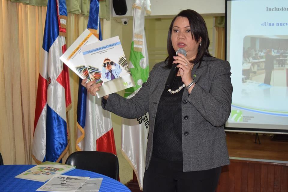 Docentes de la Regional 10 de MINERD participan en charla con la DGII