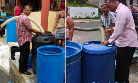 El Regidor del Pueblo distribuye agua con sus propios recursos
