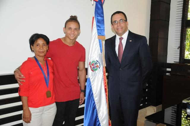 Andrés Navarro recibe al gimnasta Audrys Nin Reyes y le exhorta continuar sus estudios
