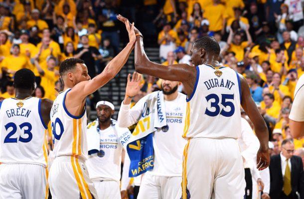Durant y Curry guían a los Warriors y pasan el rolo a los Cavaliers, toman ventaja 2-0