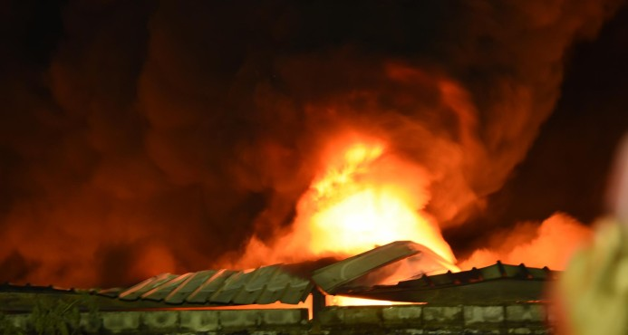 Un fuego destruye parte de la fábrica de plásticos Termo Envases en ZF de Haina