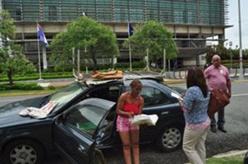 Una médico vive dentro de automóvil en protesta frente a edificio Suprema Corte