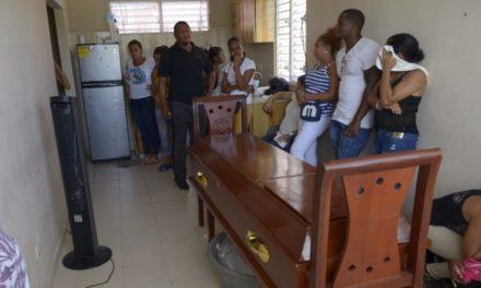 Agentes policiales impiden velatorio en un apartamento de La Nueva Barquita