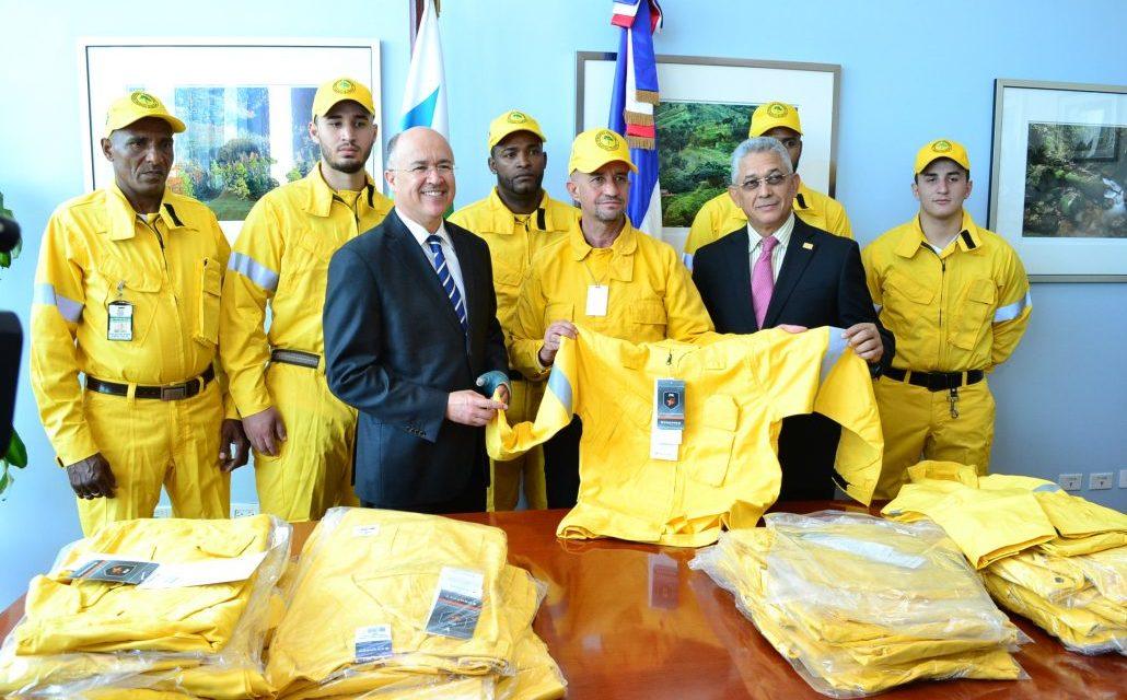 Seguros Reservas dona uniformes a bomberos forestales del ministerio de Medio Ambiente