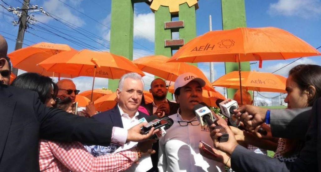 Cansados de tantas promesas empresarios de Herrera protestan con sombrillas color naranja