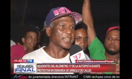 Residentes del kilómetro 17 de la autopista Duarte protestan en demanda de arreglo de sus calles