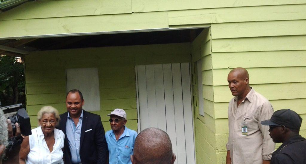 Director Municipal de la Guáyiga construye vivienda a una pareja de envejecientes