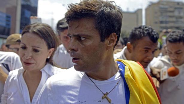 Leopoldo López ha sido liberado de la cárcel, pero continúa en arresto domiciliario en Venezuela