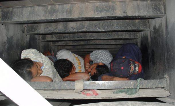 Al menos nueve personas murieron tras viajar apiñadas en el remolque de un camión de carga bajo el calor sofocante de verano en Texas, dijo el domingo la policía, que describió