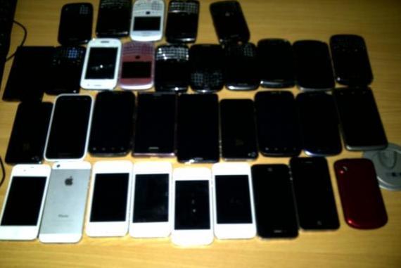 PN y MP allanan tienda Master Cell en Los Alcarrizos por vender móviles y pcs robadas