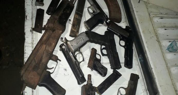 La PN y el MP allanan vivienda en Manoguayabo y confiscan fusil, ametralladora y 11 pistolas, Alcarrizos News Diario Digital
