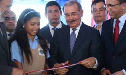 Presidente entrega escuela básica en Los Alcarrizos