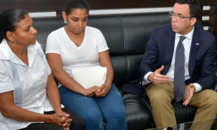Navarro recibe en su despacho familiares de la maestra que se suicidó en Santiago