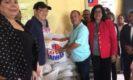 Embajador de Taiwán y senadora Cristina Lizardo entregan alimentos