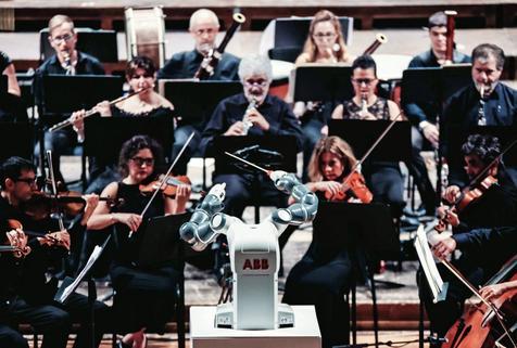 YuMi, el robot director de orquesta que dirigió a Andrea Bocelli