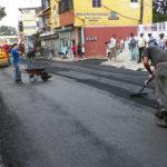 Alcaldía de Los Alcarrizos y Ministerio de Obras Públicas asfaltan calles en el municipio