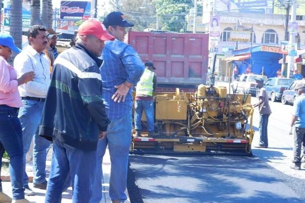 Alcaldía de Los Alcarrizos y Ministerio de Obras Públicas asfaltan calles, Alcarrizos News, Diario Digital